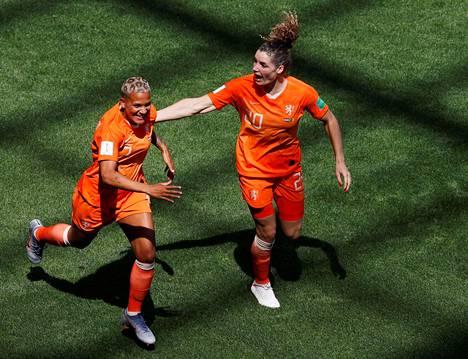 Hollannin Dominique Bloodworth ja Shanice van de Sanden juhlivat Bloodworthin maalia Kamerunia vastaan.