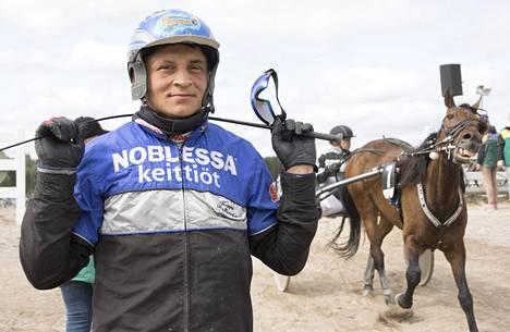 Bollström on viihtynyt hevosten parissa teini-ikäisestä asti. Lauantaina hän ohjasti Kuninkuusraveissa useissa lähdöissä. Oikealla hevonen Callela Everest.