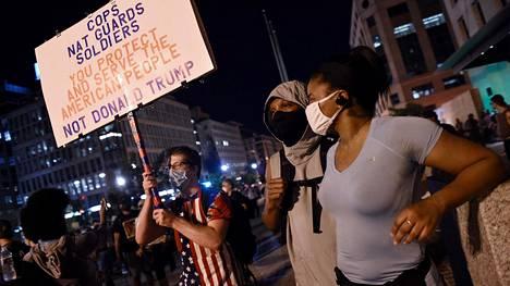 Mielenosoittajia Valkoisen talon lähistöllä Washingtonissa keskiviikkoitana.
