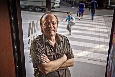 Näyttelijä Esko Roine ravintola Komin ovella Helsingissä vuonna 2007.