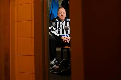 """Jääkiekkoerotuomari Janne Kosonen on saanut kutsuja tulla ottelun jälkeen hallin parkkipaikalle. """"Ei siellä kukaan ole kuitenkaan koskaan ollut odottamassa"""", Kosonen naurahtaa."""