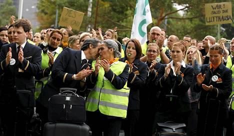 Lakossa olevat Lufthansan työntekijät marssivat kohti Lufthansan pääkonttoria Frankfurtissa perjantaina.