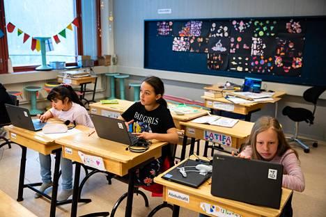 Hevin Hassan, Ciara Luostarinen ja Siiri Kuusisto kaipaavat luokkakavereita, mutta ovat myös nauttineet poikkeusajan koulun rauhallisesta tunnelmasta.