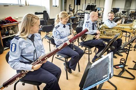 Poliisisoittokunta keikkailee  paljon ympäri Suomea. Kaisu  Viherväs, Senni Haukkaneva, Onni  Lonka ja Samuli Rask kertovat,  että yhdessä reissatessa  työkavereista tulee läheisiä.