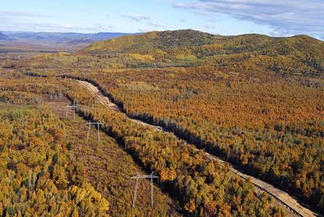 Öljyputki halkoo metsäistä maisemaa Siperiassa Venäjällä.