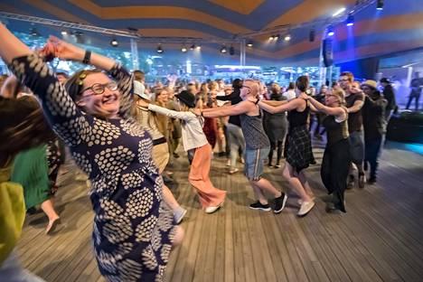 Ritva Nero -yhtye sekoittaa heviä ja kansanmusiikkia, tuplabasaria ja polskaa – ja kansa tanssii riemuiten yhtyeen musiikin tahdissa.