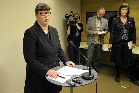 Liikenneministeri Merja Kyllönen piti tiistaina tiedotustilaisuuden liikennehankkeiden epäselvyyksistä.
