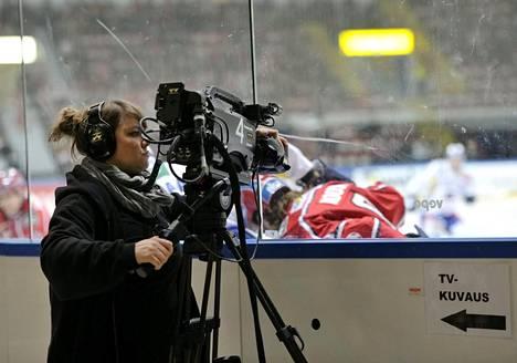 Jääkiekkoliigan otteluiden televisiointioikeudet ovat olleet joukkueille merkittävä tulonlähde. Televisiokuvaaja HIFK–Lukko-ottelussa Helsingin jäähallissa vuonna 2011.
