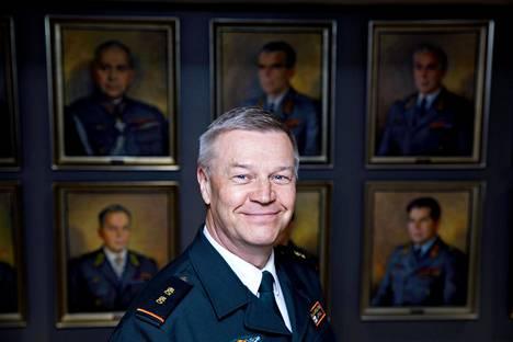 Ilkka Laitinen Rajavartiolaitoksen esikunnan Täyssinä-huoneessa, jonka seinillä on entisten päälliköiden muotokuvat.