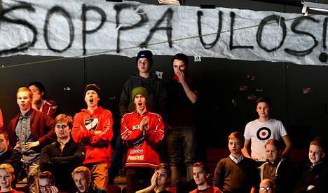 """Helsingin IFK:n kannattajaryhmä vaati potkuja päävalmentaja Pasi """"Soppa"""" Sormuselle kotiottelussa Turun Palloseuraa vastaan."""