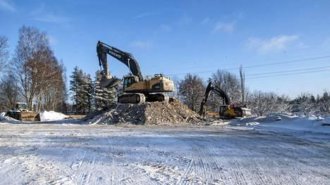 Vantaankosken koulua puretaan parhaillaan. Helmikuun ensimmäisellä viikolla paikalla oli enää koneita ja kasoja maata.