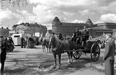 Helsingin 400-vuotisjuhlat Hakaniementorilla vuonna 1950. Yleisölle esiteltiin palokunnan vanhaa hevoskärryä. Taustalla vasemmalla näkyvän korttelin paikalle rakennettiin myöhemmin Ympyrätalo.