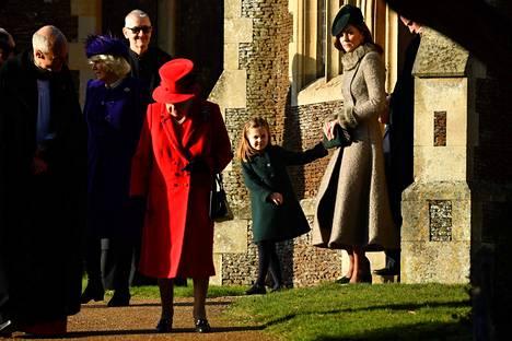 Kuningatar Elisabet (keskellä) osallistui kuninkaallisen perheen kanssa perinteiseen joulujumalanpalvelukseen joulupäivänä Norfolkin Sandringhamissa.