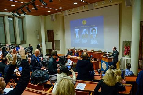 Professori Urban Lendahl (oik.) paljasti vuoden 2015 lääketieteen Nobel-voittajien nimet lehdistötilaisuudessa Tukholmassa maanantaina.