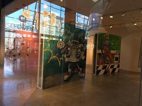Vaateliike Guessin vanhassa liiketilassa on nyt taidenäyttely.