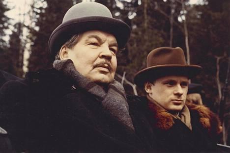 Reino Kalliolahti näytteli liikemies Alfred Kordelinia elokuvassa Mommilan veriteot 1917. Kordelinin vieressä hänen veljenpoikansa Eino Valtonen (Jyrki Kovaleff), joka kuoli vuonna 1925 vain 35-vuotiaana.