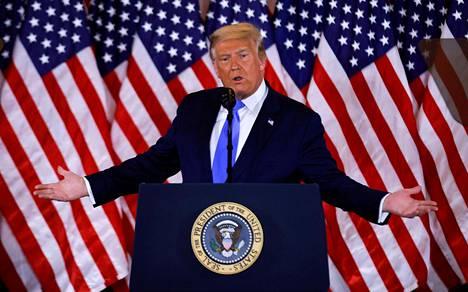 """Donald Trump tuli median eteen Valkoisessa talossa vaaliyönä. Hän kertoi voittaneensa vaalit ja vaati korkeinta oikeutta lopettamaan ääntenlaskun, kun hän oli vielä johdossa. """"Emme halua, että lisää ääniä löytyy neljän aikaan aamulla."""""""
