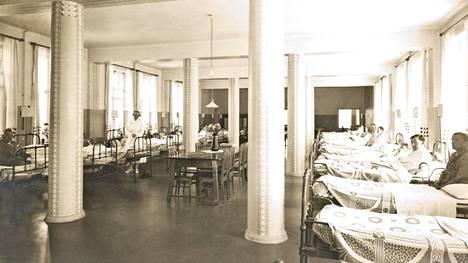 Näkymä Marian sairaalan osastolta 1910-luvulta. Espanjantaudin iskiessä sairaala täyttyi ääriään myöten, ja sen palveluskunnan asuntola piti muuttaa ylimääräiseksi osastoksi.