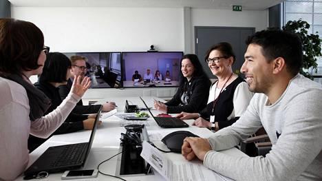 Jutta Lindborg, Nan Wang, Ilkka Tamminen, Sari Hakala, Marketta Häkkänen sekä Alberto Estevez videoneuvottelussa Bayerin toimistolla Keilarannassa. Helsingin liike-elämän vaikuttajat toivovat pääkaupunkiseudulle lisää Bayerin kaltaisia kansainvälisiä suuryrityksiä. Ne tuovat hyväpalkkaisia työpaikkoja ja verotuloja.