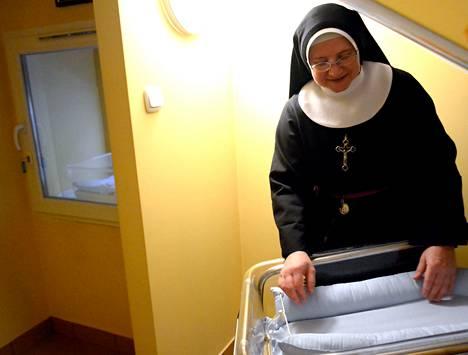 """Nunna Barbara Krolin tehtävänä on valvoa varsovalaisluostarin """"elämän ikkunaa"""". Nimettömästi jätetty vauva siirretään ikkunalta hoitohuoneen lämmitetylle patjalle odottamaan ambulanssia, nunna kertoo."""