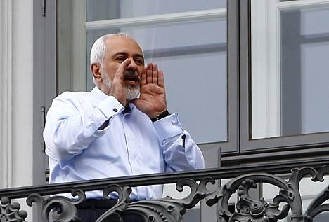 Iranin ulkoministeri Javad Zarif puhui journalisteille Palais Cobourgin parvekkeelta Itävallassa maanantaina.