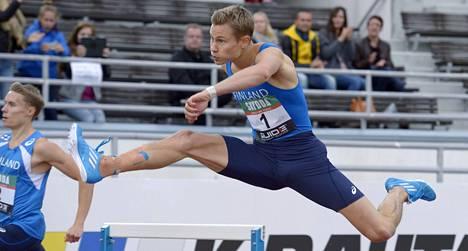 Oskari Mörö voitti 400 metrin aitajuoksun Ruotsi-ottelussa.