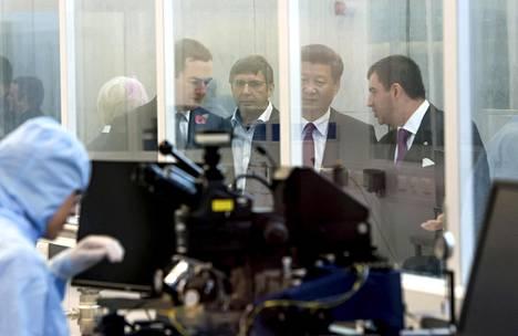 Kiinan presidentti Xi Jinping (toinen oikealta) vieraili Manchesterin yliopistossa valtiovarainministeri George Osbornen (vas.) vieraana lokakuussa.