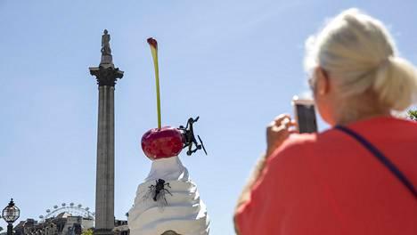 """Taiteilija Heather Phillipson teos """"The End"""" julkistettiin Trafalgar Squarella torstaina. Kokonaisuus muodostuu kirsikasta, sulavasta kermavaahdosta, dronesta ja kärpäsestä."""