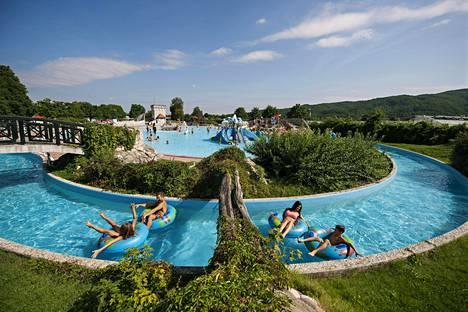 Čatežin kylpylässä voi uida joessa, johon johdetaan vesi kuumista lähteistä.