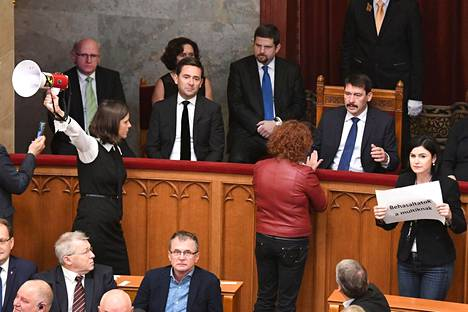 Oppositio huudatti parlamentissa sireeneitä ja saarsi sekä puhemiehistön että ministereiden aitiot.
