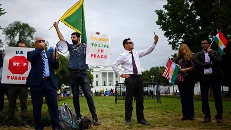 Kurdeja tukevat mielenosoittajat protestoivat presidentti Trumpin ilmoitusta vastaan Washingtonissa Valkoisen talon edustalla tiistaina.