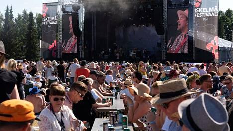 Yleisöä Iskelmäfestivaaleilla Porissa heinäkuussa 2021. Koronapassia voisi hyödyntää esimerkiksi isoissa yleisötilaisuuksissa.