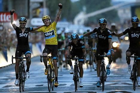 Sky-tallin Chris Froome juhli sunnuntaina Tour de Francen voittoa joukkue kaveriensa kanssa.