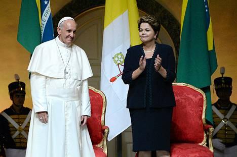 Paavi Franciscus ja Brasilian presidentti Dilma Rousseff tervetuliaisseremoniassa Rio de Janeirossa maanantaina 22. heinäkuuta.