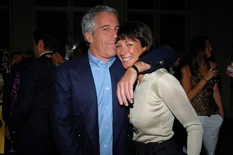 Jeffrey Epstein ja Ghislaine Maxwell kuvattuna Rod Stewartin konsertissa New Yorkissa vuonna 2005.