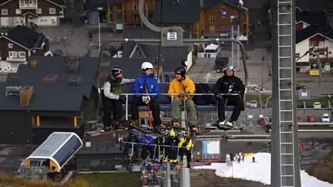 Laskettelijat nousivat hississä perjantaina Levillä, joka avasi hiihtokauden tänä vuonna ennätyksellisen aikaisin.