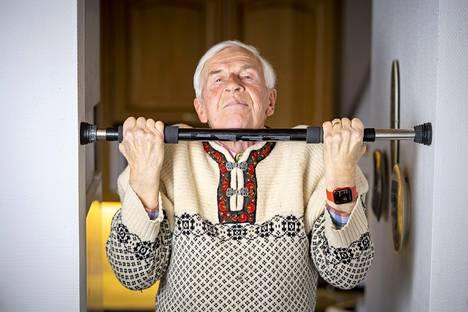 80-vuotias   Kouluneuvos Pertti Helinistä tuli menestyvä urheiluvalmentaja sekä liikunnan ja terveyden puolestapuhuja sen jälkeen kun oma urheilu-ura päättyi parikymppisenä