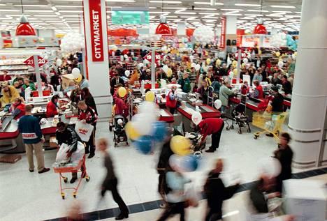 Kauppakeskus Jumbon avajaisissa vuonna 1999 riitti asiakkaita.