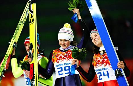 Naisten mäkihypyn ensimmäinen mitalikolmikko olympialaisissa. Voittaja Carina Vogt sai vierellään toiseksi hypänneen Itävallan Danieal Iraschko-Stolzin (vas.) ja Ranskan Coline Mattelin.