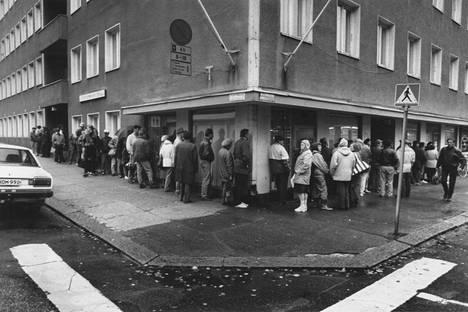 Jono alkoi muodostua jo ennen aamuseitsemää, kun ihmiset vuonna 1993 hakivat Helsingissä Pelastusarmeijan lahjoittamia ilmaisia leipiä.