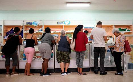 Kuubalaiset jonottivat valtion ruokakaupassa Havannassa perjantaina.