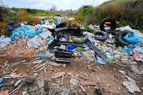 Laiton kaatopaikka pellon laidalla Orta di Atellassa Napolin lähistöllä.