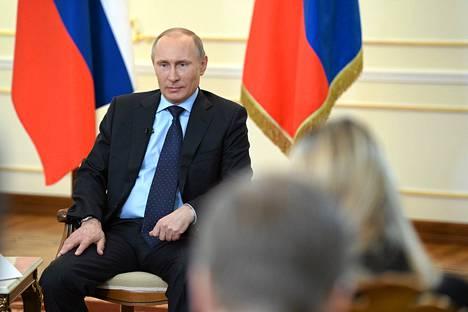Venäjän presidentti Vladimir Putin tiedotustilaisuudessa maaseutuasunnollaan Novo-Ogarjovassa Moskovan ulkopuolella tiistaina.