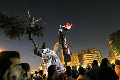 Mubarakin tuomioon tyytymättömät mielenosoittajat kokoontuivat lauantai-iltana Kairon Tahririn aukiolle.