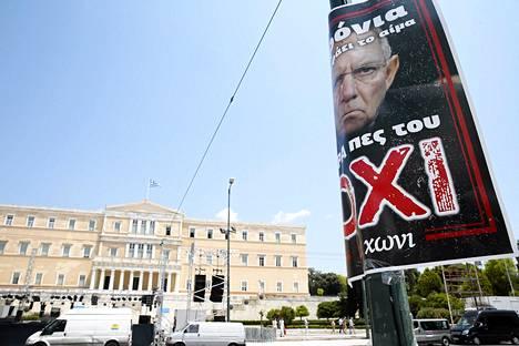 Ei-kampanjan kampanjakyltti näytti yrmeää Saksan valtiovarainministeri Wolfgang Scheublea Kreikan parlamentin edessä Ateenassa.