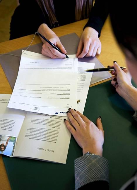 Asuntolainan verkkoneuvottelun tuloksena syntyvät lainapaperit voidaan allekirjoittaa sähköisesti verkkopankissa. Paperiin puumerkkiä ei tarvita.