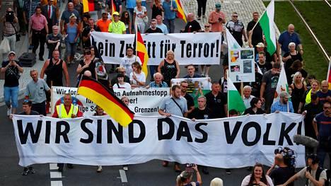 Äärioikeistolainen Pro Chemnitz -kansanliike järjesti Chemnitzissä 25. elokuuta ulkomaalaisvastaisen marssin. Liike on pitänyt esillä Chemnitzissä vuonna 2018 tapahtunutta puukotusta, josta tuomittiin syyrialaismies.