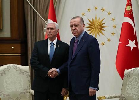Yhdysvaltain varapresidentti Mike Pence ja Turkin presidentti Recep Tayyip Erdoğan eivät puhuneet toimittajille ennen tapaamistaan Turkissa.