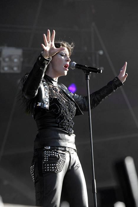 Hollantilaissolisti Floor Jansen huudatti yleisöä Tampereen Ratinassa.