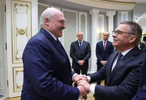 Valko-Venäjän presidentti Aljaksandr Lukašenka ja Kansainvälisen jääkiekkoliiton puheenjohtaja René Fasel tapasivat lämpimissä merkeissä.